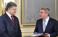 Порошенко нагородив орденом Ярослава Мудрого голову МОК