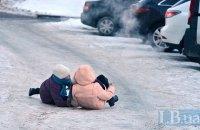 Киевляне уже неделю скользят по неубранному гололёду
