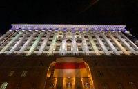 Будівлю київської мерії прикрасили національним прапором Білорусі