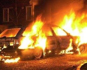 На Прикарпатті спалили два автомобілі міліції