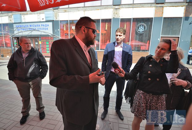 Мужчина в центре фото, показавший удостоверение <<Громадської варти>>, настаивал на том, что имущество <<Карателя>> конфисковывают незаконно. Правее - нардеп Белоцерковец