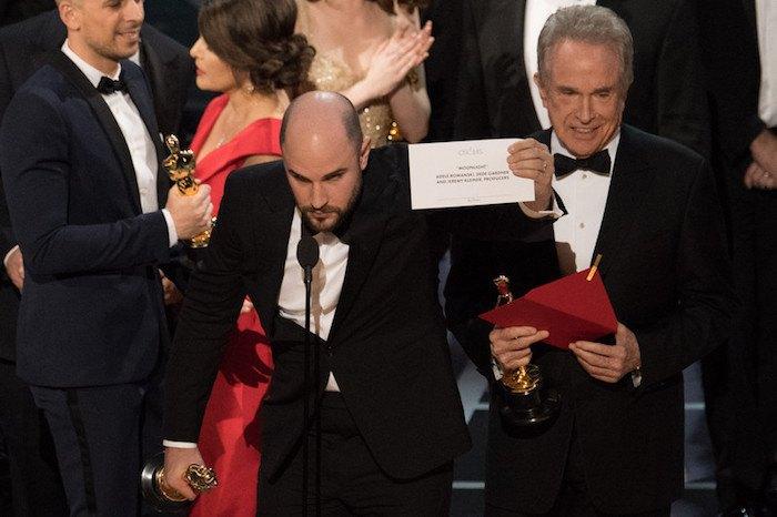 """Продюсер """"Ла Ла Лэнда"""" держит конверт с названием правильного фильма-победителя"""