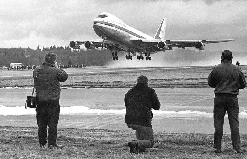 Сотні глядачів та преса спостерігають 9 лютого 1969 року як перший Boeing 747 здіймається в небо.