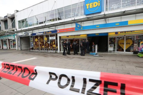 В Гамбурге мужчина с ножом напал на посетителей супермаркета
