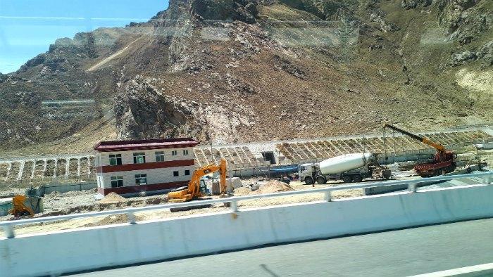 Строительство инфраструктуры в Тибете - повсюду