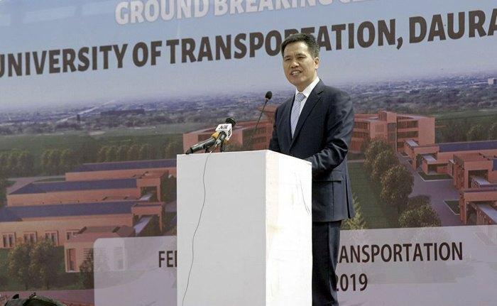 2 декабря, штат Кацина, Нигерия, посол Китая в Нигерии Чжоу Пинцзянь выступил с речью на церемонии закладки фундамента Нигерийского Транспортного университета.