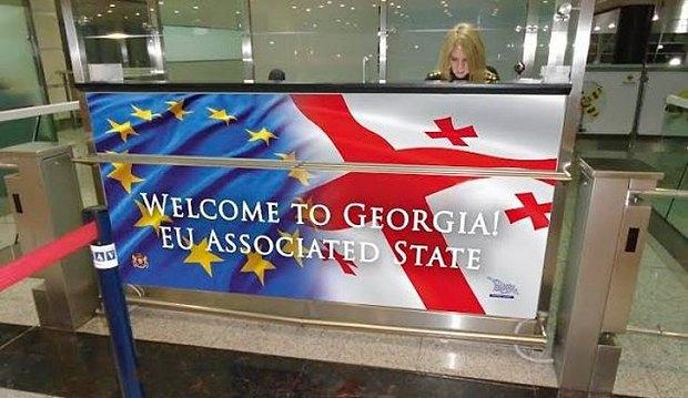 У стойки паспортного контроля в грузинском аэропорту