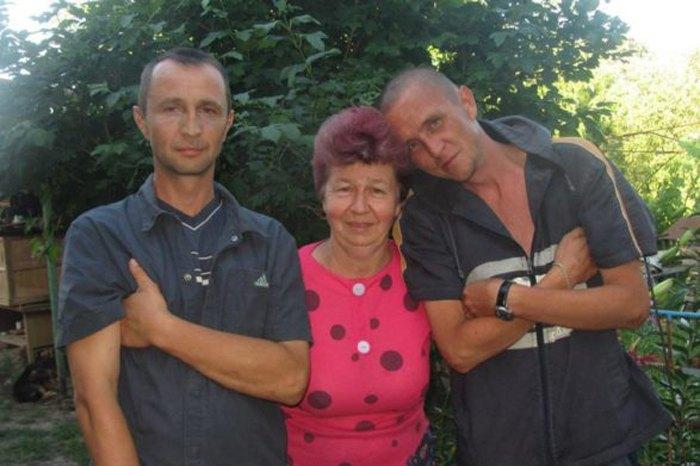 Сергей Борисов (справа) с братом и матерью.