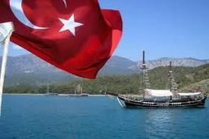 В Турции студенты забросали представителям МВФ яйцами