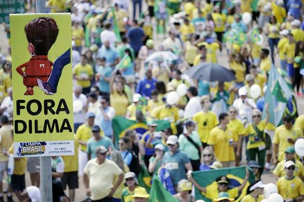 Митинг в поддержку импичмента Русеф у здания бразильского Конгресса