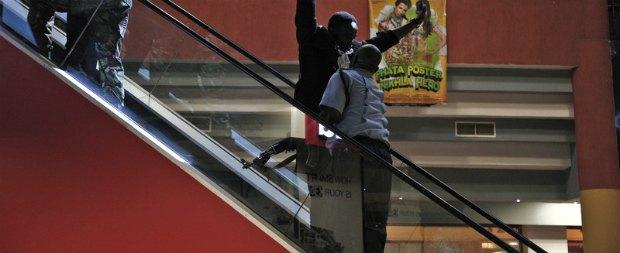 Людей с поднятыми руками обыскивали прежде чем выпускать из торгового центра