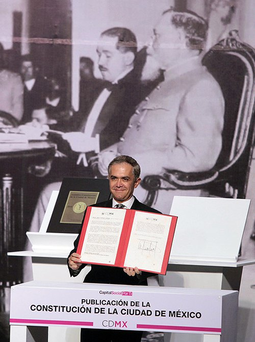 Мігель Анхель Мансера показує надруковану Конституцію столиці Мексики Мехіко під час церемонії її презентації та оприлюднення, 5 лютого 2017.