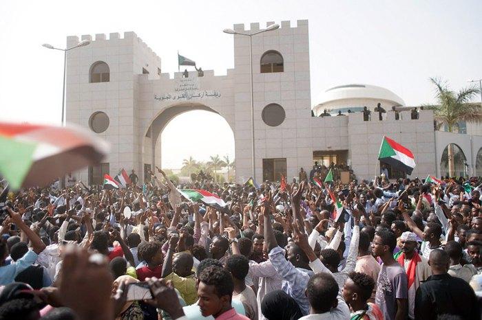 Акция протеста против режима президента Судана Омара аль-Башира возле штаб-квартиры суданской армии в Хартуме, Судан, 11 апреля 2019.