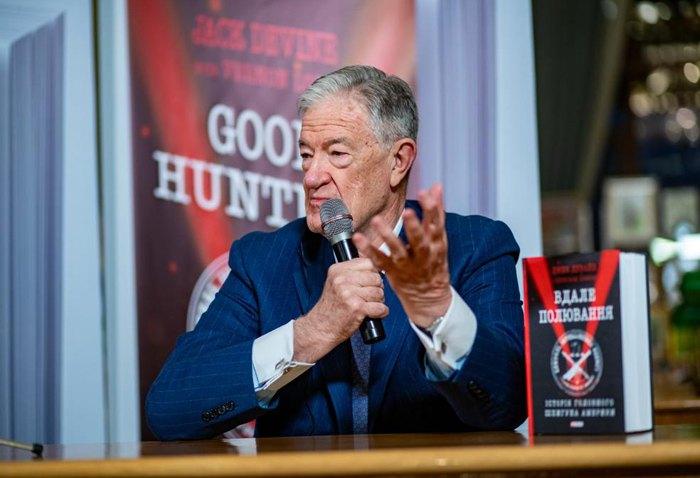 Джек Девайн во время презентации книги в Киеве