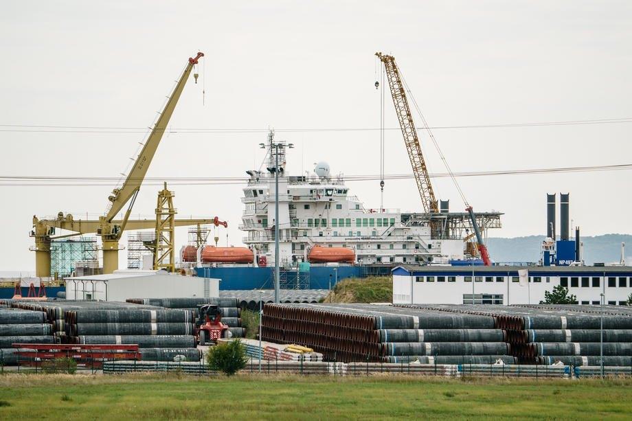 Труби для будівництва газопроводу 'Північний потік-2' складені перед російським трубоукладальним судном 'Академік Черський' у порту Мукран, Німеччина, 11 вересня 2020.