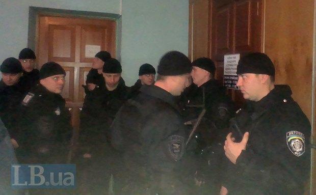 Сотрудники милиции в здании суда
