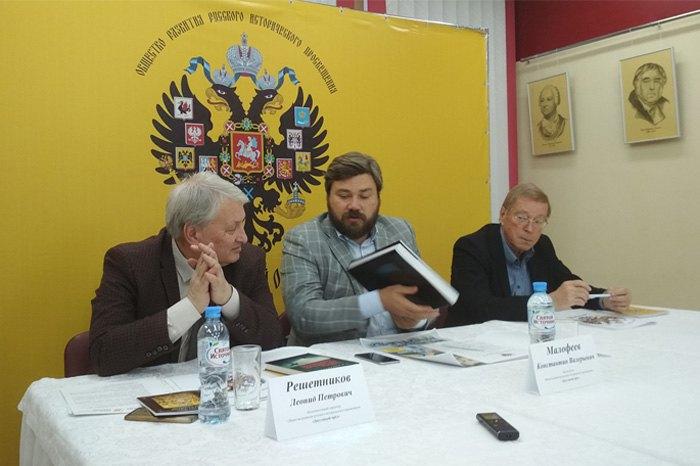 Константин Малофеев (в центре) и Леонид Решетников (слева) во время собрания общества