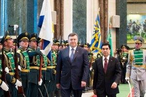 Янукович в Туркменистане открыл мост и цементный завод
