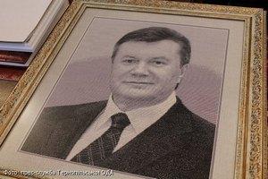 Тернопольские школьники вышили портрет Януковича
