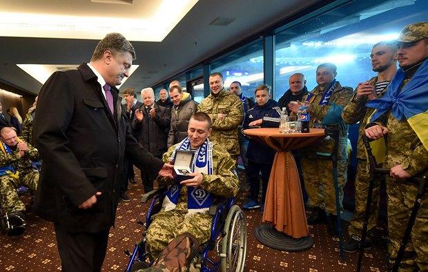 Порошенко с бойцами на мачте Динамо