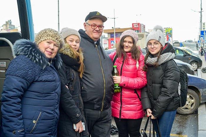 Сергей Сивохо встречает детей и их сопровождающих из Красногоровки, 7 января 2020.