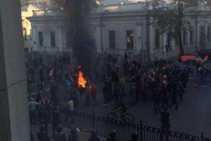Під Радою мітингувальники зламали паркан і палять шини (оновлено)