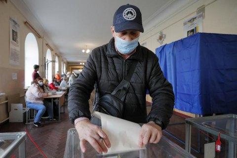"""31% депутатів у міськрадах обласних центрів обрані повторно, - """"ЧЕСНО"""""""
