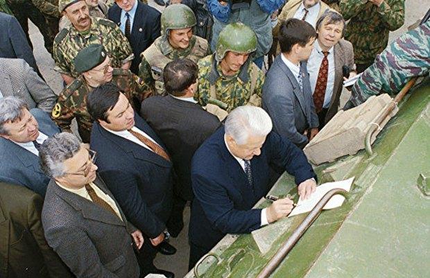 Единственный визит Ельцина в Грозный, во время которого он подписал на бронетранспортере указ о выводе войск из Чечни, 28 мая 1996