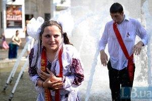 Киевские выпускники искупались в фонтанах