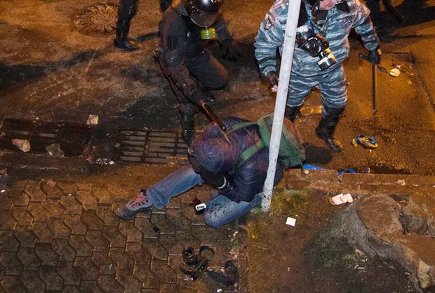 Беркутовцы избивают фотокора Александра Перевозника