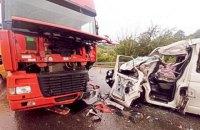 На Прикарпатті бус зіткнувся з вантажівкою, серед постраждалих шестеро дітей