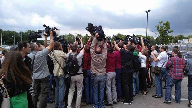 Журналисты встречают маму Надежды Савченко