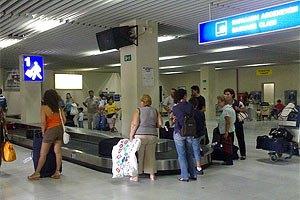 Українські школярі в аеропорту Польщі спали на підлозі