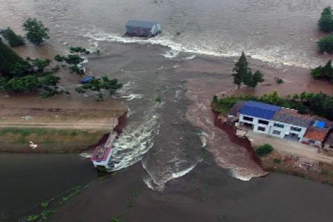 Из-за прорыва плотины эвакуированы более 700 человек в Китае