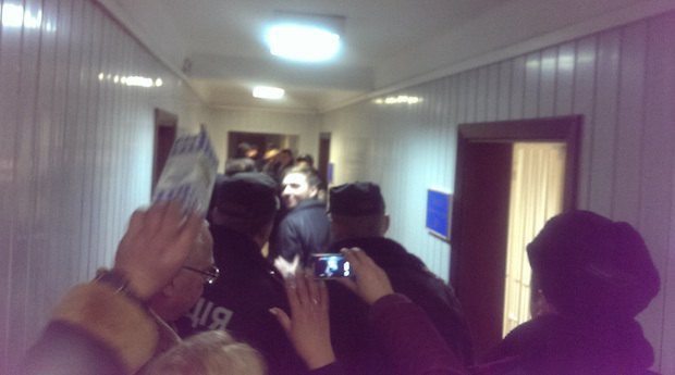 Андрея Котляра выводят из зала заседаний под конвоем