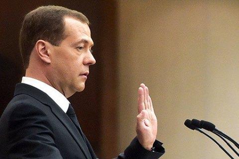 Д. Медведев  подписал распоряжение , ограничивающее госзакупки иностранной мебели
