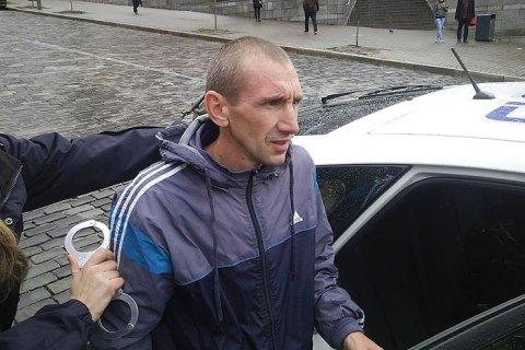 Мужчину, который разбил памятные плиты на Майдане, арестовали на два месяца