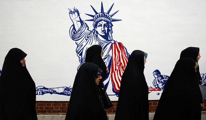 Іранські жінки беруть участь в антиамериканській демонстрації перед колишнім посольством США в Тегерані, Іран, 4 листопада 2019.