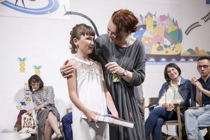 Письменниця Таня Стус та переможниця конкурсу Валерія Тарасенко під час нагородження «Читай-пиши»-2019.