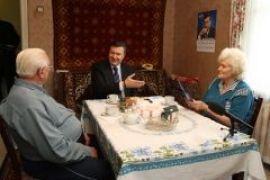 Янукович выпил чаю с пенсионерами. ФОТО