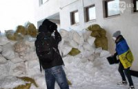 """У Сумах """"антимайданівці"""" розібрали барикади Євромайдану"""