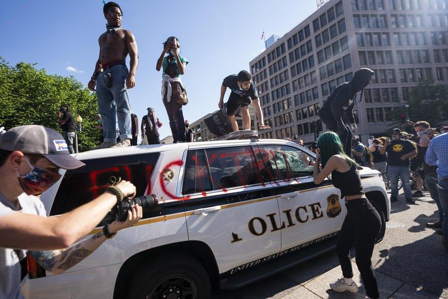 Протестующие громят полицейское авто возле Белого дома, Вашингтон, 30 мая 2020