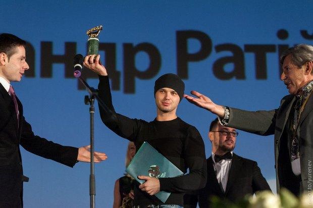 Александр Ратий получает награду за победу в национальном конкурсе Молодости;