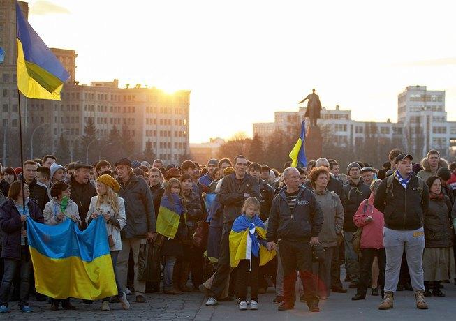 Сторонники Майдана перед Харьковской ОГА вечером 7 апреля
