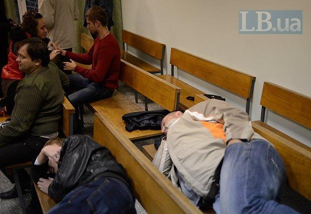 Спящий на лавке мужчина  справа -  Виктор Поштарь. В зеленой куртке - активист Андрей Дзиндзя