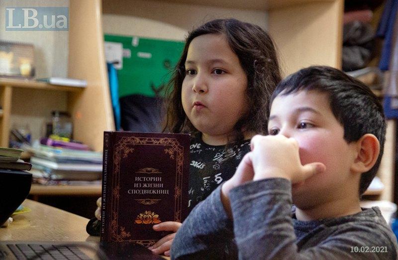 У Фатіми в руках її друга після Корану улюблена книга -- 'Истории из жизни сподвижниц'