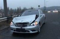 У Києві Mercedes відправив у відбійник іншу машину: госпіталізовано 2 людей