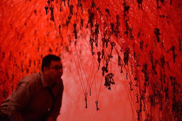 """Работа """"Следуй за линией"""" японского художника Чихару Шиоты в японском павильоне"""