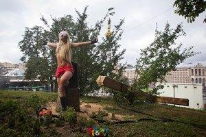 Міліція порушила кримінальну справу за спиляний хрест FEMEN