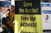 """В Германии активисты Greenpeace привязали себя к бензоколонкам """"Газпрома"""""""